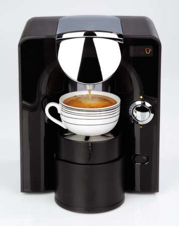 maquina de vapor: Una moderna máquina de café espresso negro está haciendo un café en un fondo blanco