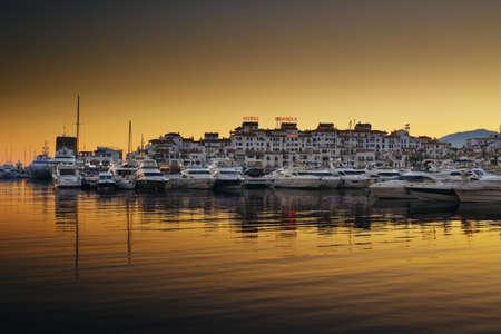 Luxe jachten en motorboten afgemeerd in de jachthaven Puerto Banus in Marbella, Spanje Redactioneel