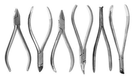 alicates: Un conjunto de seis pinzas de ortodoncia sobre un fondo blanco