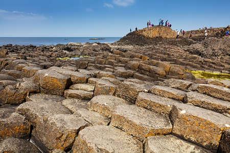 約 40000 の古代の火山の噴火からの玄武岩柱の連動を含むユネスコの世界遺産、北アイルランドのアントリムでジャイアンツ ・ コーズウェーを訪れ 写真素材