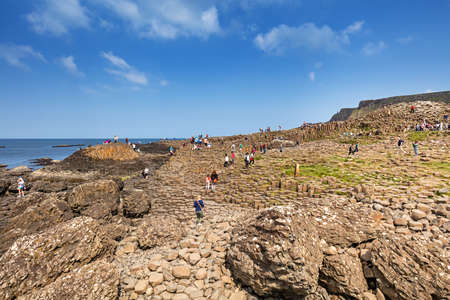 約 40000 の古代の火山の噴火からの玄武岩柱の連動を含むユネスコの世界遺産、北アイルランドのアントリムでジャイアンツ ・ コーズウェーを訪れ 報道画像