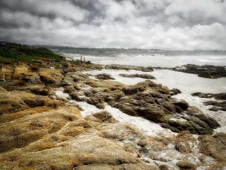 몬테레이 캘리포니아에서 록 키 해변 흑백