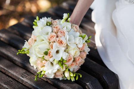 Vackra brudbukett i händerna Stockfoto