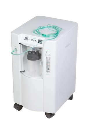 Equipo médico moderno especial - inhalación concentrador de oxígeno con medidor de flujo suply aislado sobre fondo blanco. Foto de archivo
