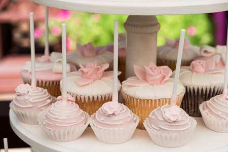 Candy bar. muffins, pastries and macaroni on stand on a holiday or wedding Foto de archivo