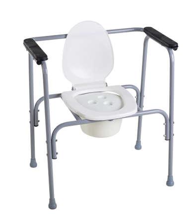 Toilettenstuhl für die Rehabilitation in der postoperativen Phase, ältere Menschen sowie Patienten mit Erkrankungen des Bewegungsapparates isoliert auf weiß Standard-Bild