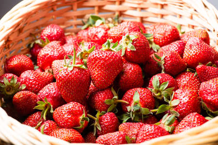 Top view to stack of many fresh strawberries in basket Standard-Bild