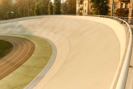 The semicircle of the track is light green and brown.