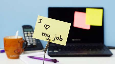 b�ro arbeitsplatz: Ich liebe meinen Job auf einem Memo im B�ro geschrieben