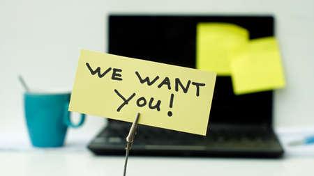 new recruit: Queremos Escrito en un memo en la oficina Foto de archivo