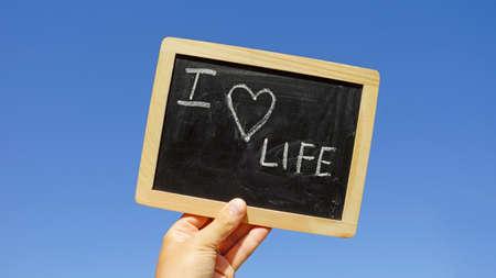 love of life: Io amo la vita scritta su una lavagna sotto il sole