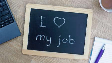 Ik hou van mijn werk geschreven op een schoolbord op kantoor