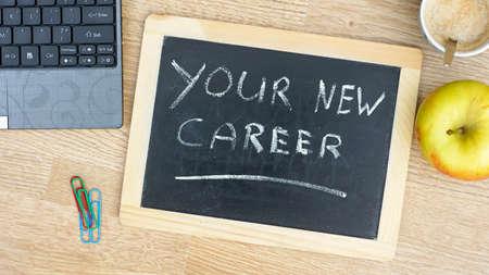 new recruit: Su nueva carrera est� escrito en una pizarra en la oficina Foto de archivo