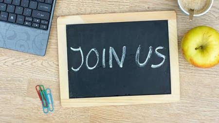 new recruit: Unete a nosotros por escrito en una pizarra en la oficina