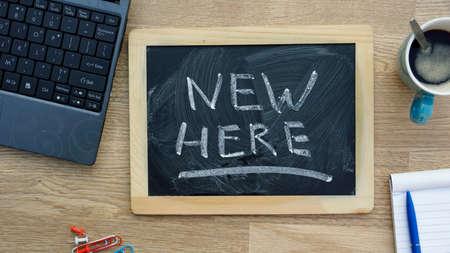 jornada de trabajo: Nuevo aqu� escrito en una pizarra en la oficina