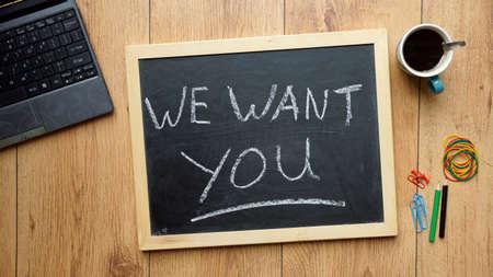 Wij willen dat u geschreven op een chalckboard op kantoor Stockfoto
