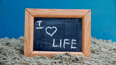 love of life: Io amo la vita scritta su una lavagna in spiaggia
