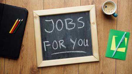 new recruit: Puestos de trabajo para que escriben en una pizarra en la oficina Foto de archivo