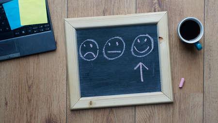 オフィスで幸せおよび友好的な選択
