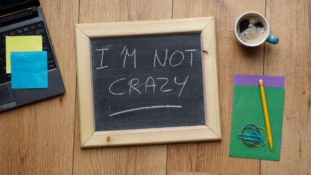 psychopathe: Je ne suis pas fou �crit sur un tableau noir au bureau Banque d'images