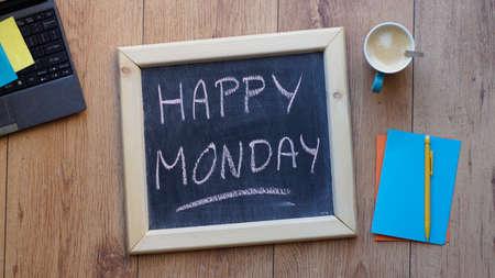 Gelukkig maandag geschreven op een schoolbord op kantoor