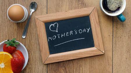friendliness: Día de la Madre escrito en una pizarra entre un desayuno para su