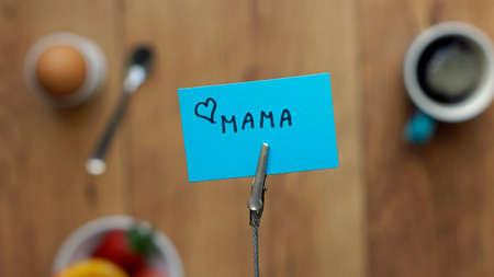 friendliness: Quiero a la mama escrito en holandés en un memorando entre un desayuno para su