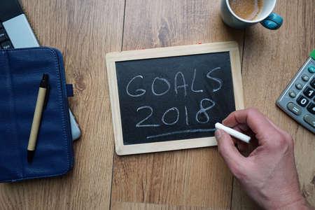 새해에 대한 목표 2018은 사무실에서 칠판에 적혀 있습니다. 스톡 콘텐츠