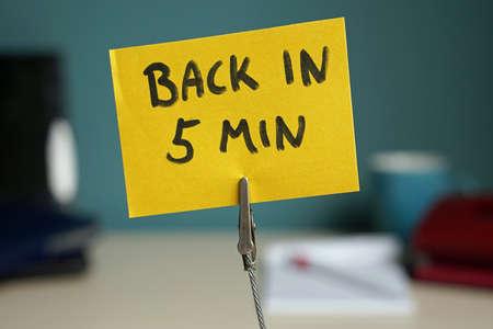 Zurück in 5 Minuten auf ein Memo im Büro geschrieben