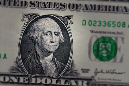 Triste à la recherche de George Washington sur un billet d'un dollar. Banque d'images - 91946952