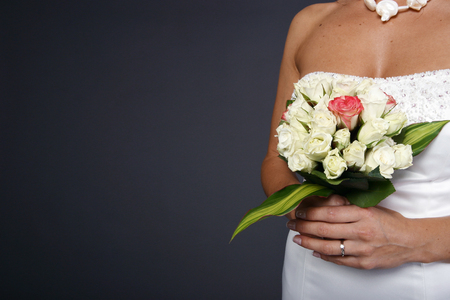Bride holding a fresh flower arrangement Imagens