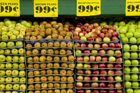 Stacked pears and apples in a supermarket Foto de archivo - 107595796