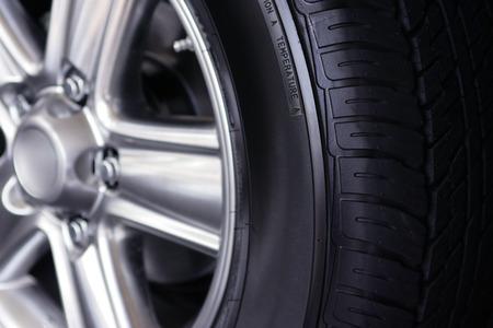 Dettaglio del nuovo pneumatico e del cerchione dell'auto