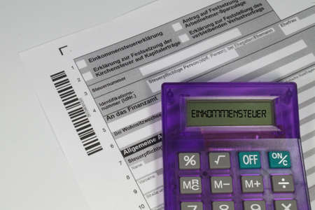 German tax return form and a calculator Banque d'images