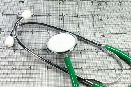 elettrocardiogramma: Un elettrocardiogramma e stetoscopio