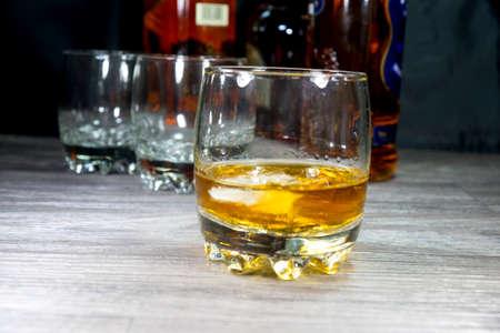 Botella de whisky y un vaso Foto de archivo