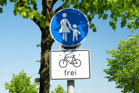 Wegbord voor fietsers en voetgangers Stockfoto