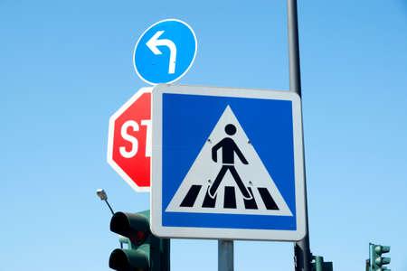 Verkeersteken voor voetgangersoversteekplaats Stockfoto