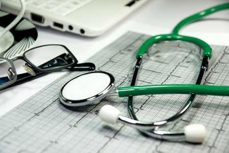 elettrocardiogramma: Uno stetoscopio e elettrocardiogramma