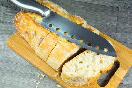 cuchillo de cocina: cuchillo de cocina en el pan Foto de archivo