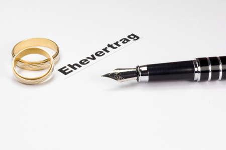 Een vulpen en een huwelijkscontract Stockfoto