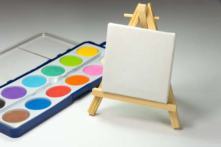 An easel and a paint box Stockfoto