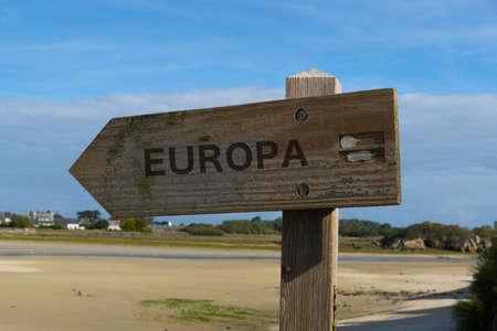 Een houten pijl die de richting van Europa richt