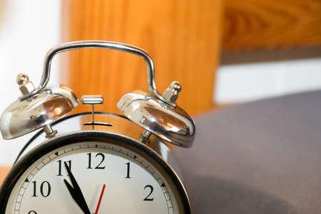 puntualidad: Mirar en la cama Foto de archivo