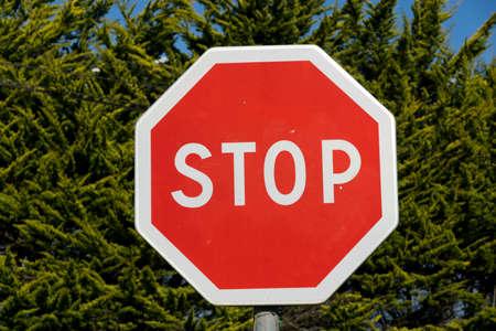 Stop teken op een achtergrond van bomen