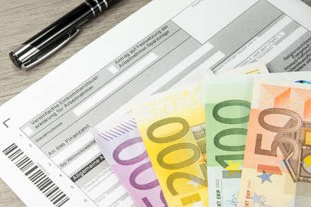 Un formulaire allemand à des fins fiscales et de nombreux effets en euros Banque d'images - 72919840