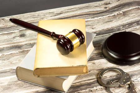 A gavel, handcuffs and statutes Stockfoto