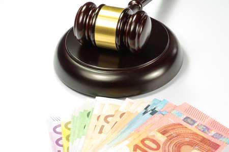 i i  i i toga: Euro dinero y martillo juez, martillo de subasta Foto de archivo