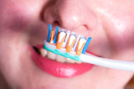 Brosse à dents et sourire sain Banque d'images - 78892804
