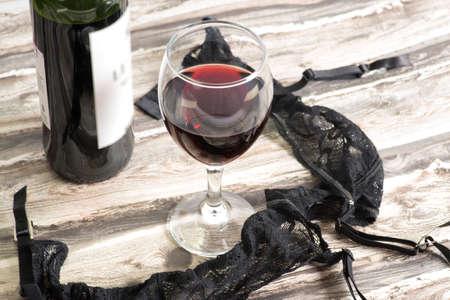 Flasche Wein und Damenwäsche Standard-Bild - 83347167